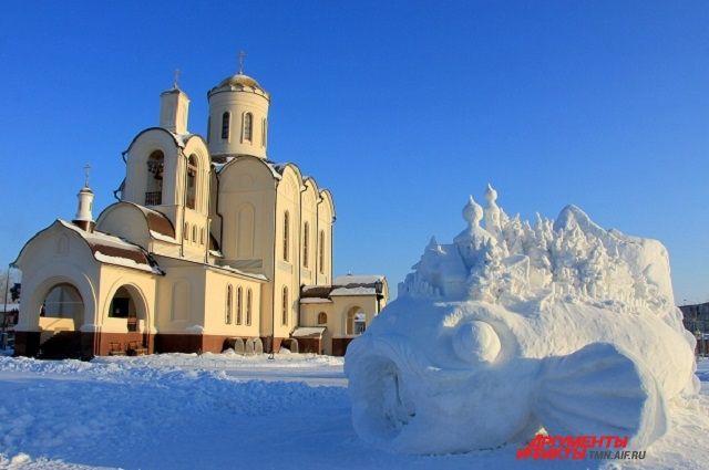 Скульптура из снега в поселке Боровский