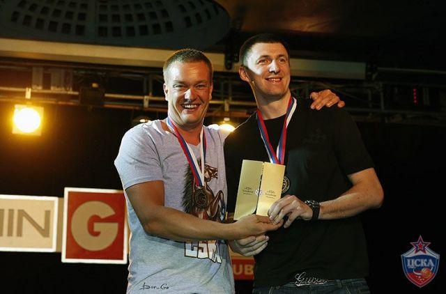 Виталий Фридзон на фото справа.