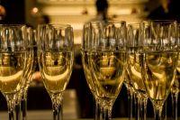 Приставов попытались задобрить шампанским