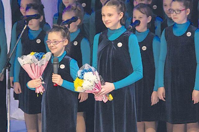 11-летняя Алёна Мигунова (слева) и Алёна Шекшаева солируют в детском хоре «Студии Олега Митяева».