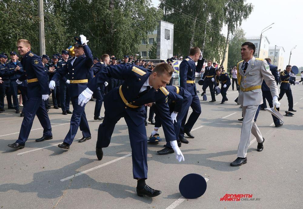 В ЧВВАКУШ прошёл 106 выпуск штурманов и офицеров боевого управления, все лейтенанты распределены  к местам прохождения службы.