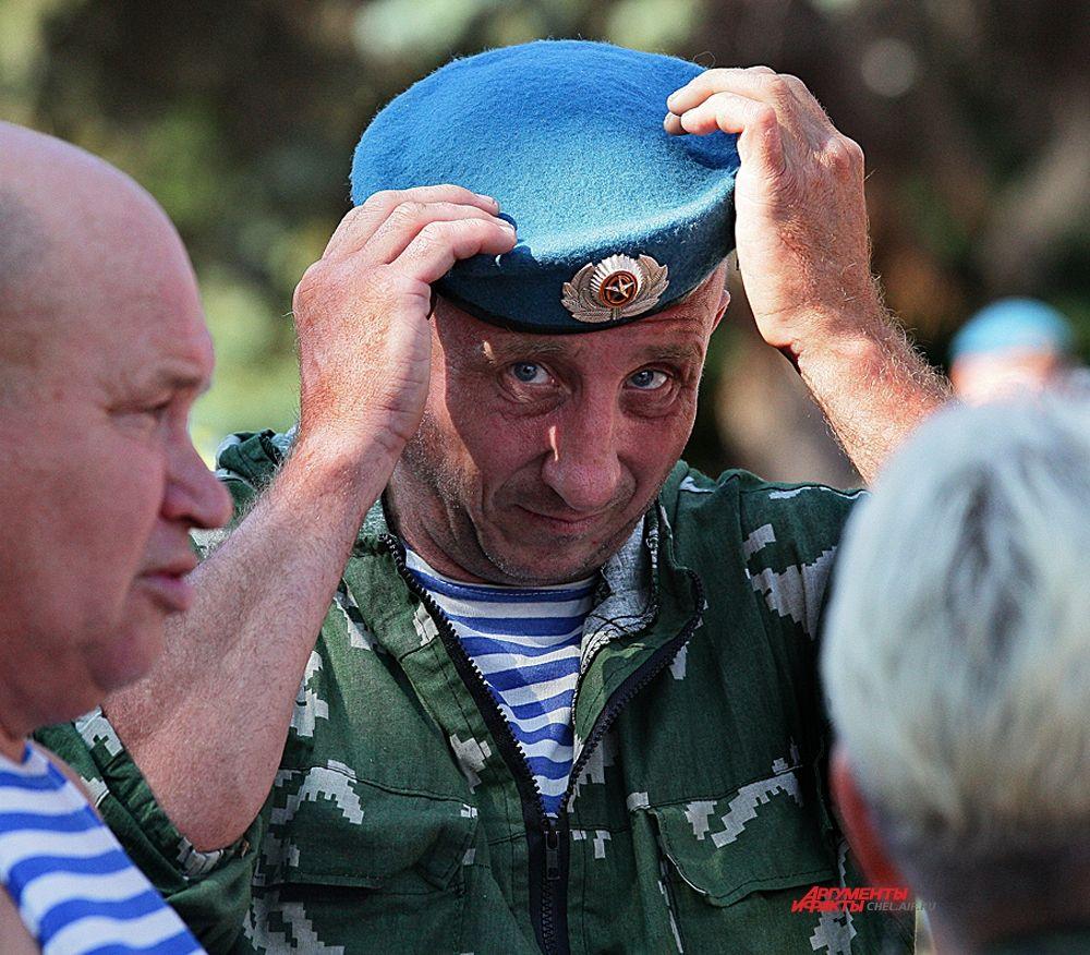 2 августа десантники Челябинска отметили 86 день рождения ВДВ пройдя праздничной колонной от пл.Революции до Вечного огня,где почтили память погибших бойцов и возложили цветы.
