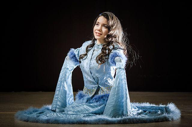 Вероника Лазарева поет, танцует и даже играет на синтезаторе.