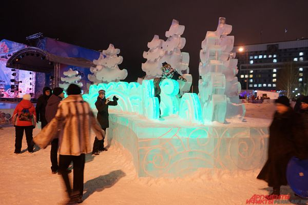 На эспланаде появился 21 ледовый объект: горки с 23 скатами, три ловушки, лабиринт, длина ходов которого превышает 300 метров, смотровая площадка, «ползалка» для малышей.
