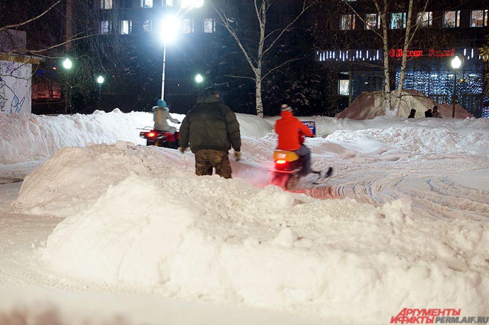 Рядом находится каток и площадка для катания на снегоходах. Ледовый городок будет работать ежедневно с 10 до 23 часов, в будни – с 12 до 23 часов.