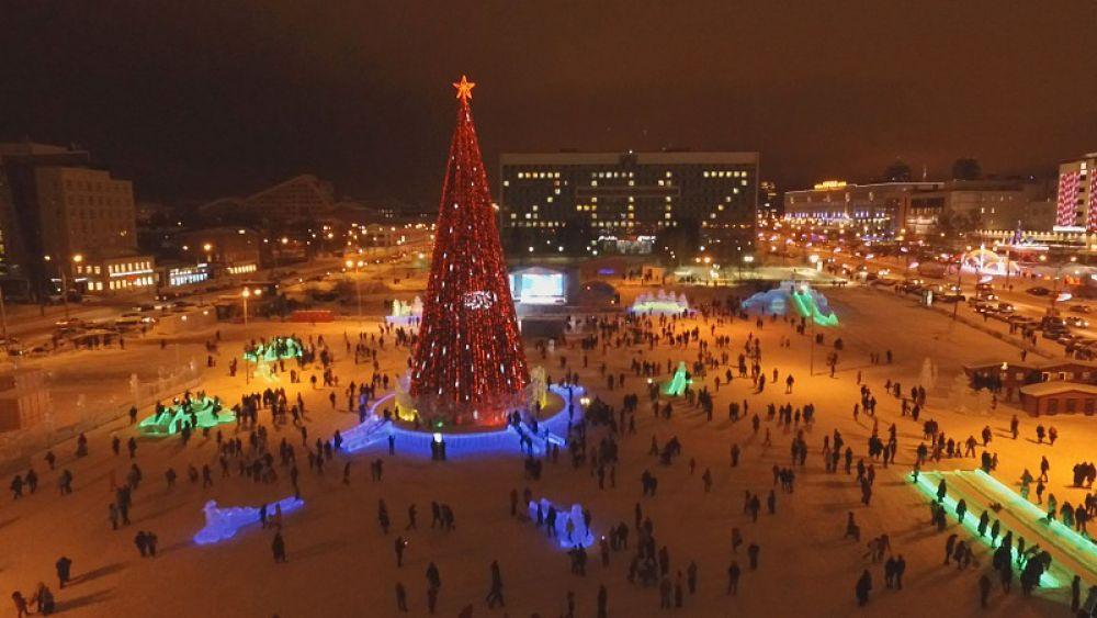Главный ледовый городок Перми под названием «Эко-Сад» открылся поздно вечером в пятницу, 30 декабря.