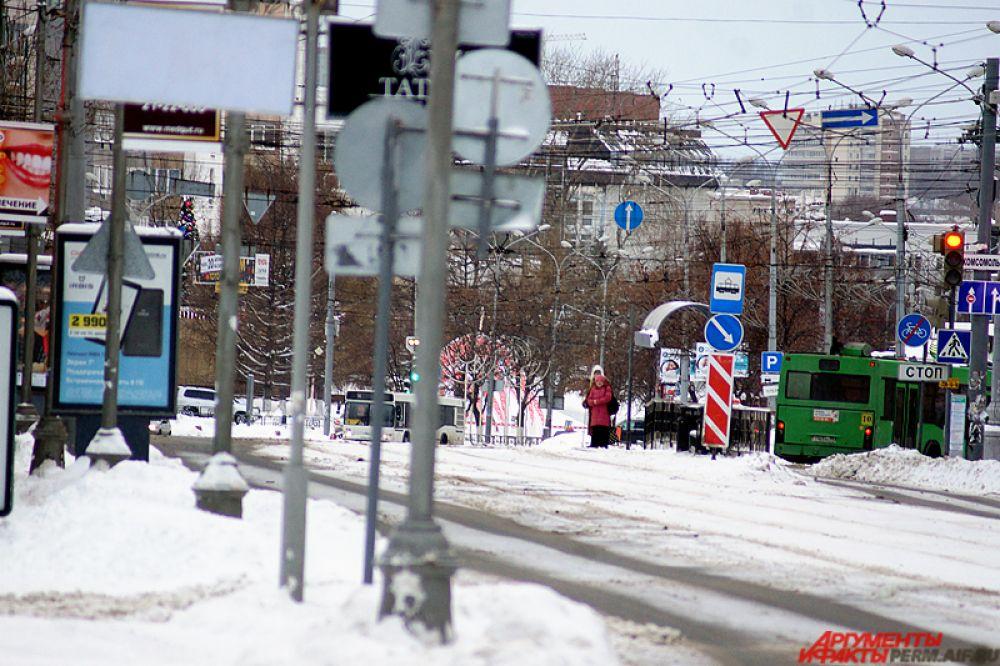 С утра в городе ходит общественный транспорт. На остановках постепенно начинает скапливаться народ.