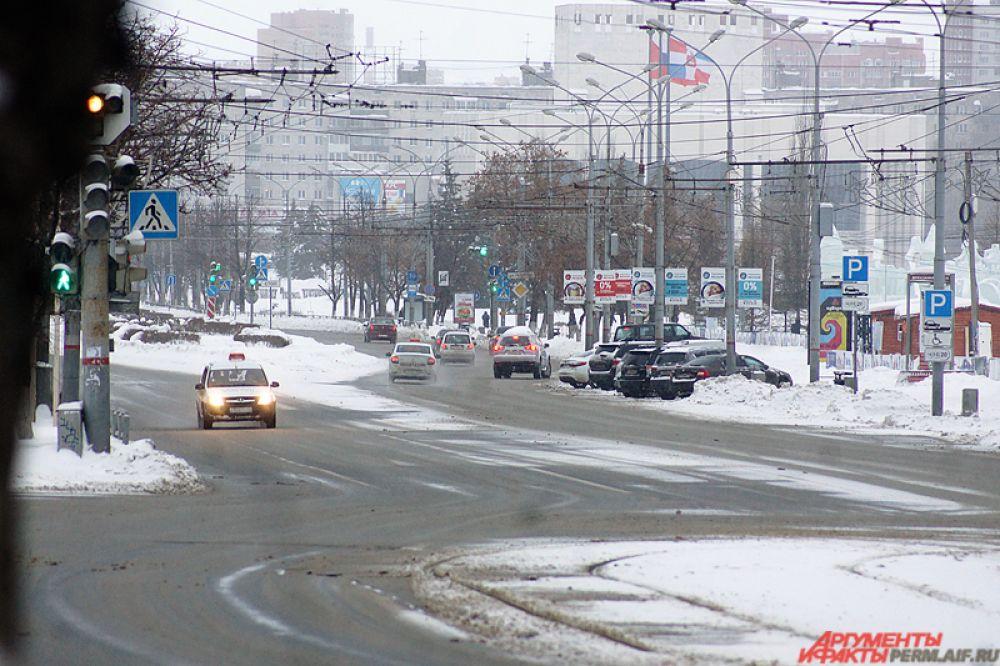 Ближе к 11.00 улицы постепенно заполняются автомобилями.