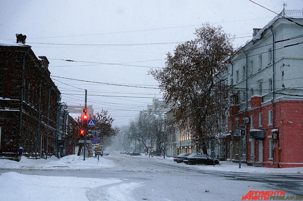 С самой ночи в городе идёт умеренный снегопад.