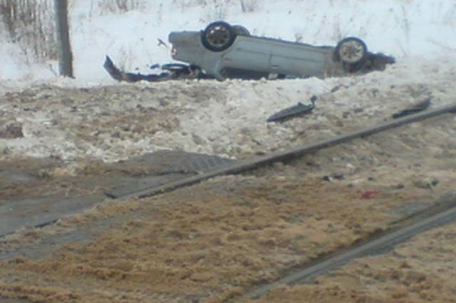ВРязанской области автомобиль перевернулся после столкновения сэлектровозом