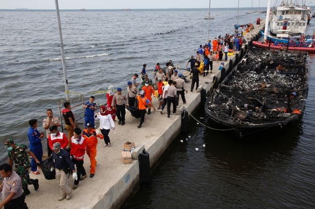 ВИндонезии десятки людей погибли из-за пожара напассажирском судне