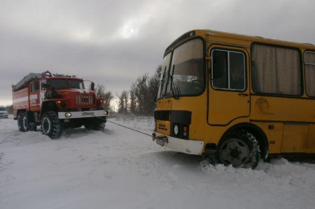 Автобус пытались вернуть на трассу, но безуспешно
