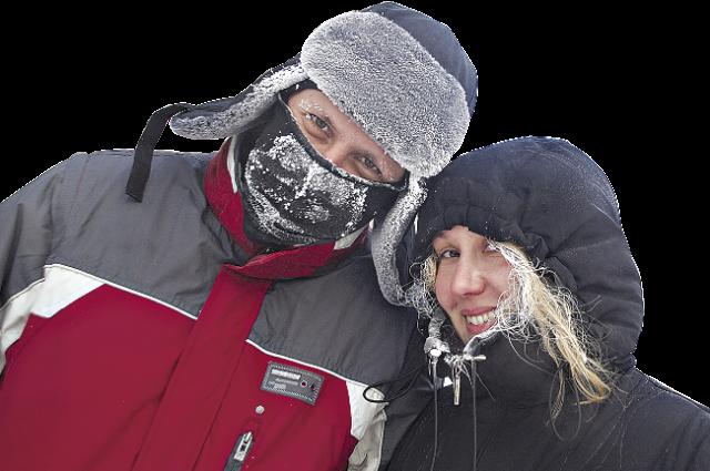При обморожении нельзя растирать пораженные участки тела снегом или подставлять их под прямой источник тепла.