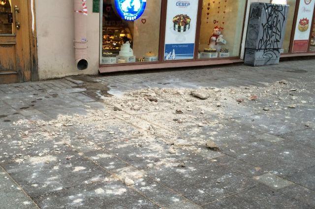 Вцентре Петербурга большой кусок штукатурки упал сдома напрохожих