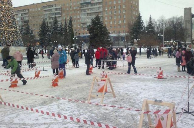 Дед мороз и Снегурочка вовлекали детей и взрослых в веселые «Зимние забавы».