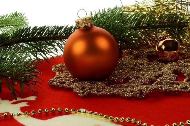 Дед Мороз на Новый год дарит подарки.