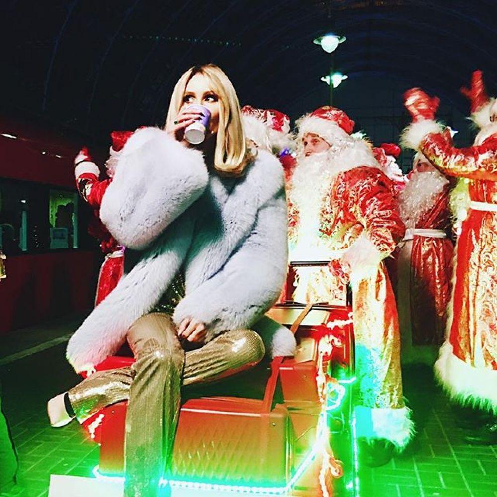 LOBODA отметила Новый год позже всех потому, что находилась в Маями, США. Она давала там свой концерт