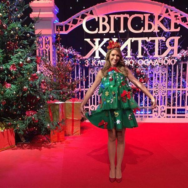 Одна из самых красочных фотографий на новогоднюю тематику. Катя Осадчая вырядилась в платье, которое выглядело, как елка
