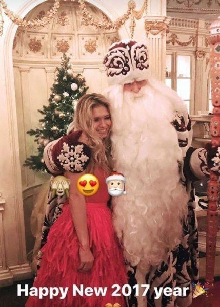 Вера Брежнева отмечала Новый 2017 год в домашней обстановке и даже сделала фото с Дедом Морозом