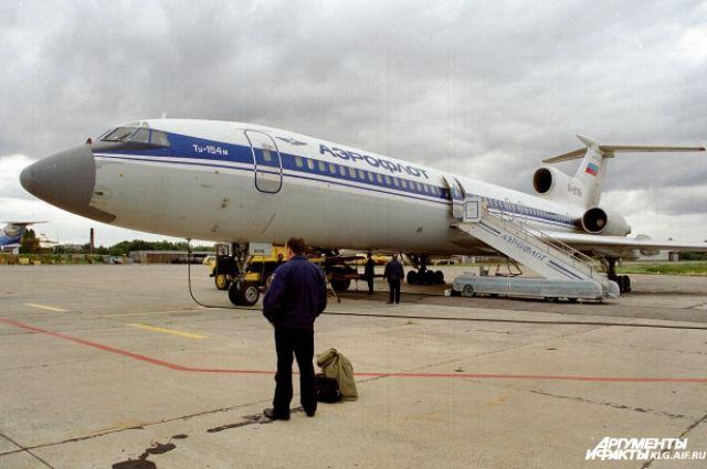 В аэропорту Калининграда самолет сел за пределами полосы - очевидцы.