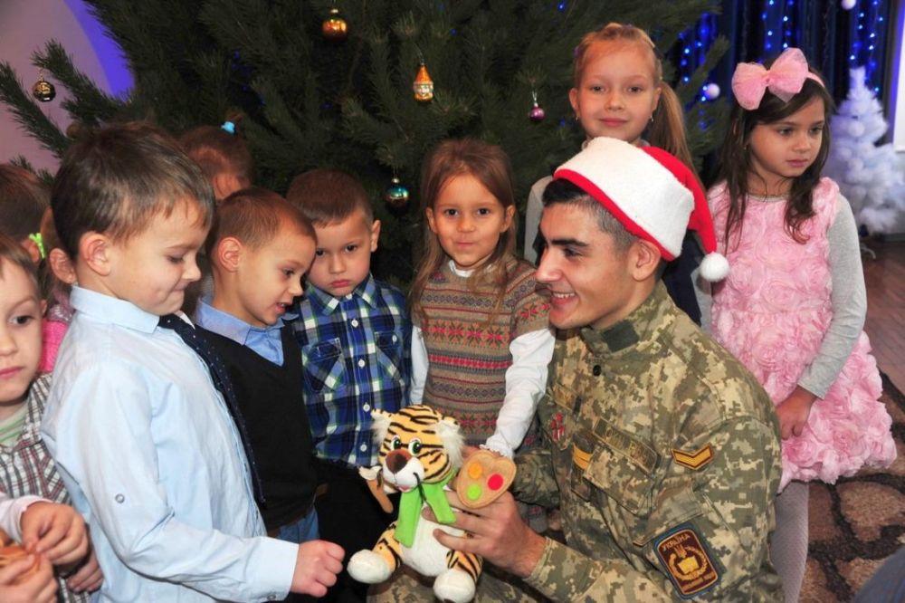 Украинские военные поздравляли детей, вручая им подарки