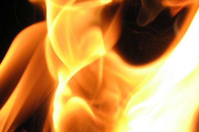 Изгорящего общежития спасали людей