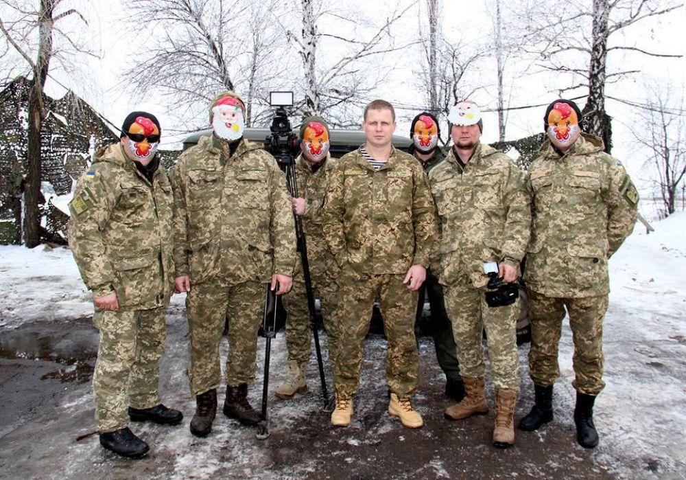 Вроде серьезные мужики, но в масках они выглядят забавно и смешно
