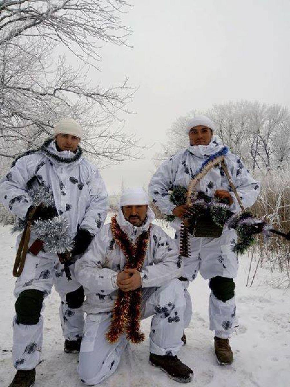 Некоторые бойцы даже поодевали дождики, чтобы хоть как-то добавить новогоднюю атмосферу в зону боевых действий