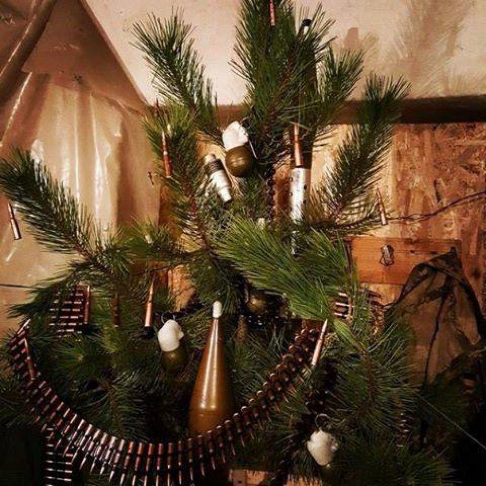 Правильно, если украшать елку нечем, то почему бы не украсить ее патронами, гильзами и гранатами