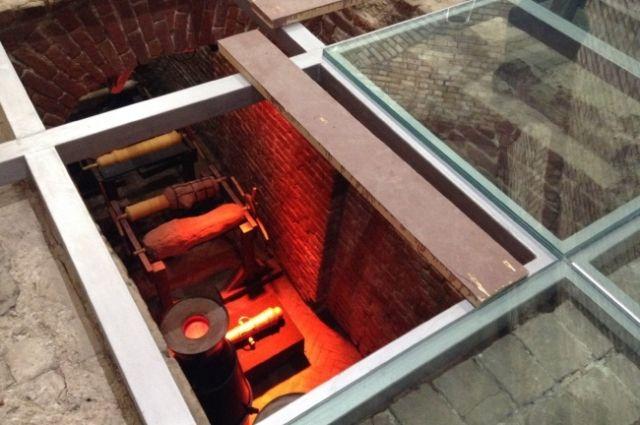 Яма накрыта трехслойным стеклом и выдержит посетителей.