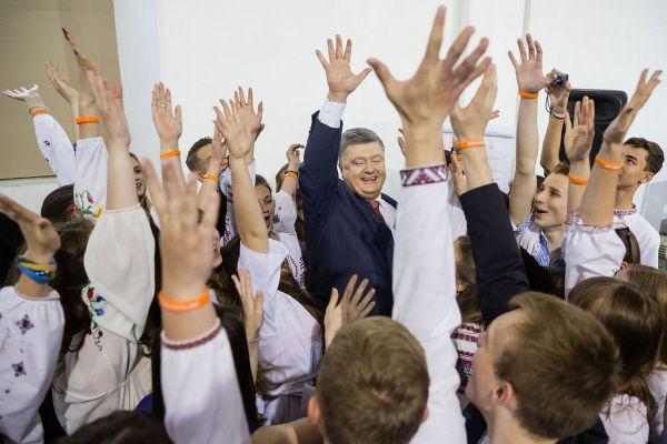 Украинский президент часто старается поддерживать хороший контакт с людьми на публику