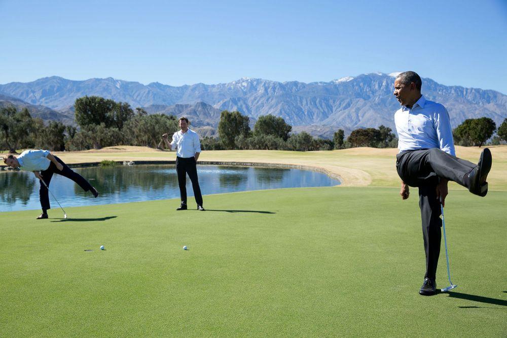 Интересно, попал ли мяч в лунку потому, что поза у американского президента довольно странная, как для гольфа