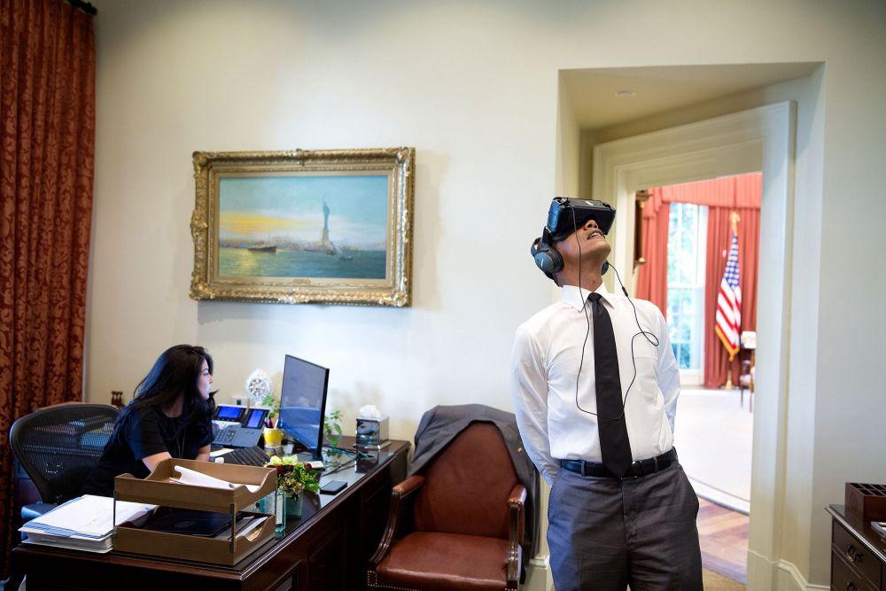 Вот Обама впервые испытывает шлем виртуальной реальности