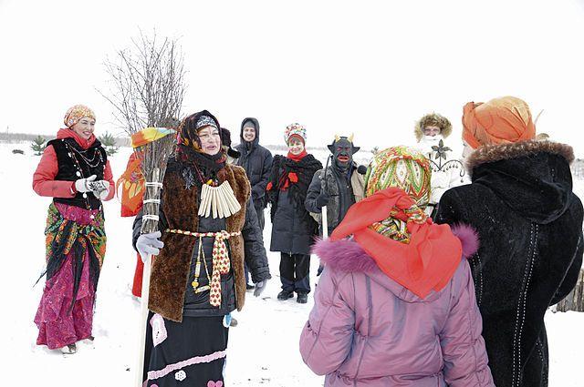 В преддверии Рождества люди празднуют Сочельник, в народе именуемый коляды.