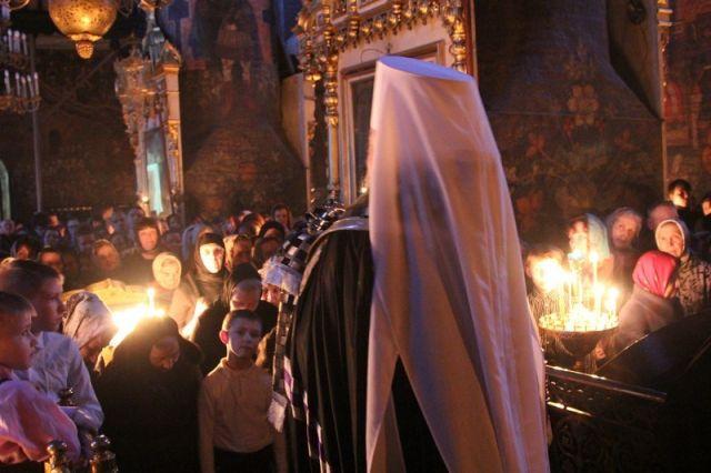 В завершение Литургии перед рождественской свечой, знаменующей Вифлиемскую звезду, были пропеты тропарь и кондак праздника Рождества Христова.