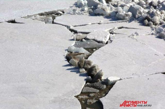 Cотрудники экстренных служб сняли пьяную женщину сольда уБлаговещенского моста