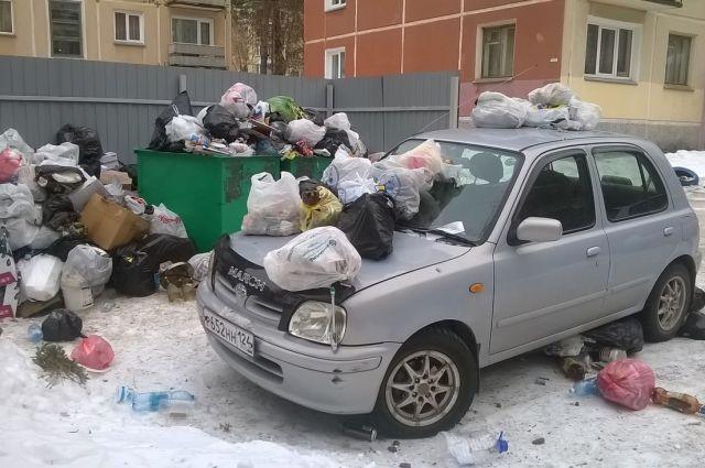 Автомобиль преградил путь мусороуборочному транспорту.