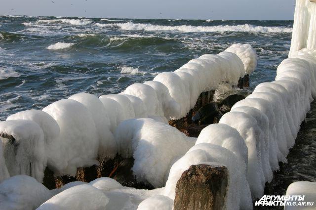 Променад Зеленоградска покрылся толстым слоем льда после шторма на Балтике.