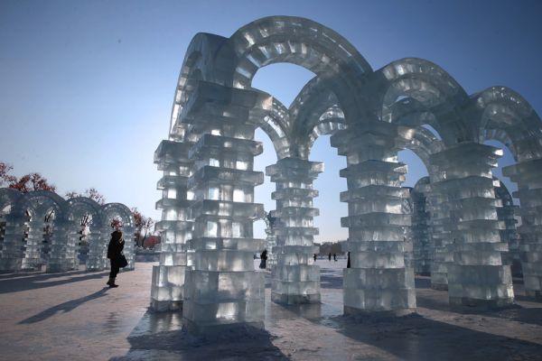 Китайцы каждый год делают для этого фестиваля невероятные вещи такие, как колонны и арки изо льда, к примеру