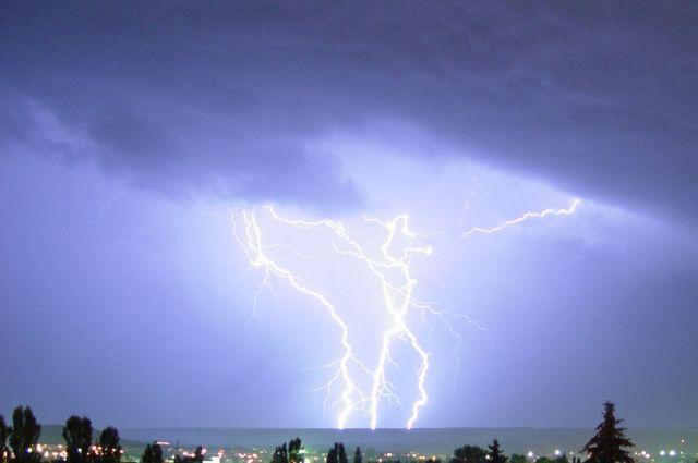 Видео регистратор снял попадание молнии вфуру натрассе Краснодар— Сочи