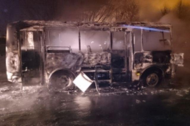 Автобус иавтомобиль полыхали вНижнем Новгороде этим утром
