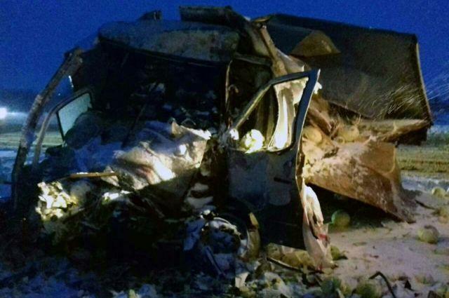 Натрассе М-5 cотрудники экстренных служб извлекали изкабины «газели» погибшего водителя