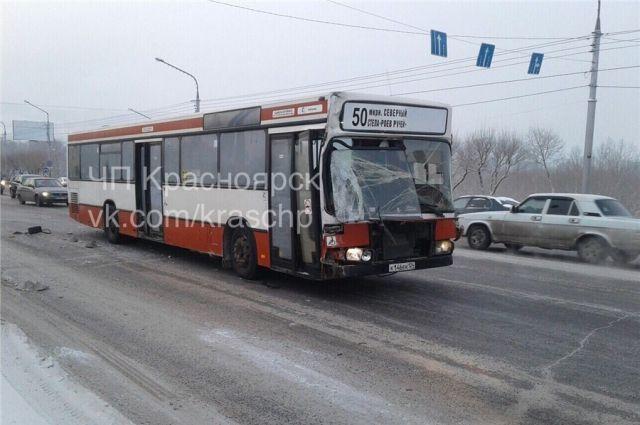 ВДТП наКоммунальном мосту вКрасноярске разорвало иномарку
