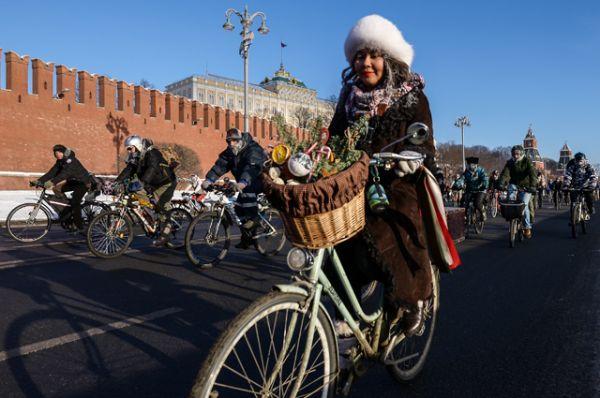 Участники Второго зимнего Московского Велопарада на Кремелвской набережой.