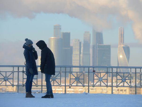Молодые люди на смотровой площадке РАН.