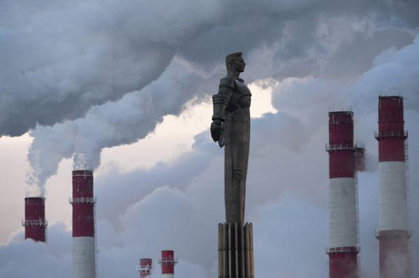 Памятник космонавту Юрию Гагарину и ТЭЦ-20 в морозный день в Москве.
