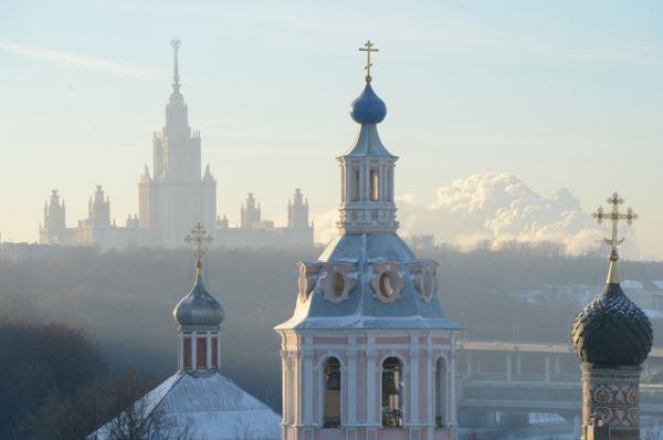 Андреевский мужской монастырь и главное здание МГУ.