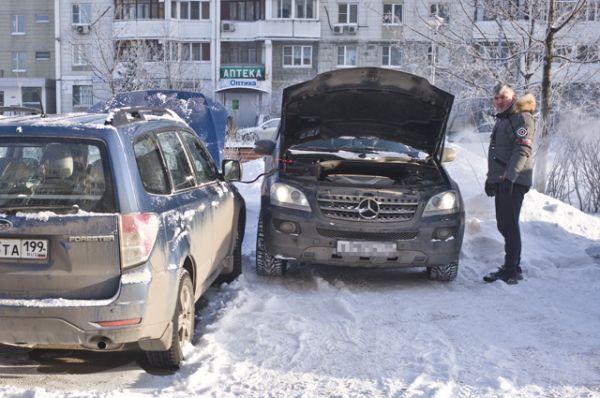 Автомобилист заряжает аккумулятор своего автомобиля в Москве.