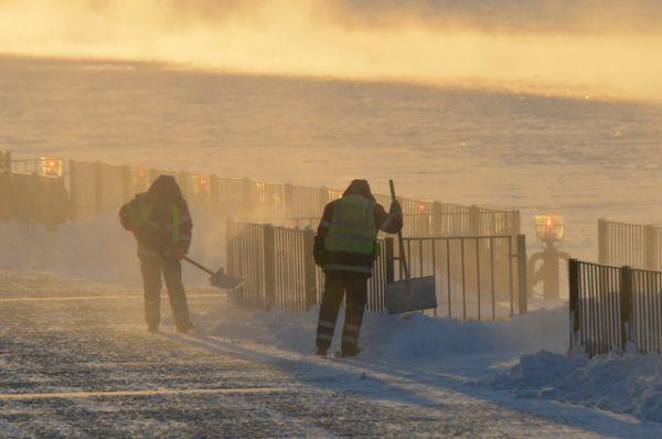 Работники городских служб убирают снег и наледь на Пушкинской набережной.