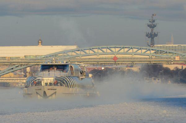 Речной трамвай на Москва-реке.